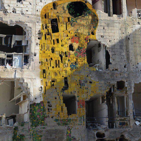 klimt's kiss a mural by artist Tammam Azzam