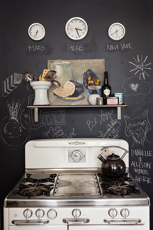 Chalkboard wall in kitchen of Wendy Haworth via onekingslane